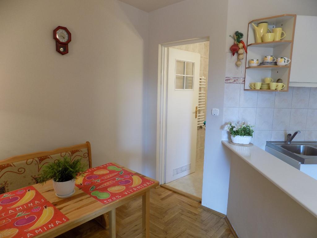 Apartament na Bystrym - stół obiadowy i aneks