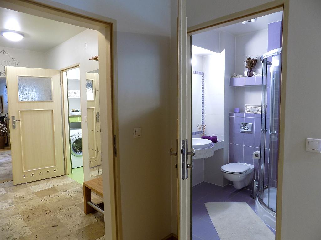 widok na dwie łazienki