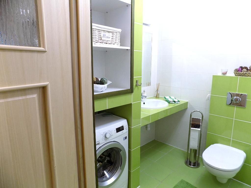 łazienka nr 2, wyposażona w pralkę