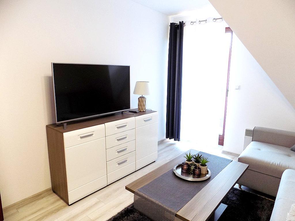 sypialnia z komodą i TV