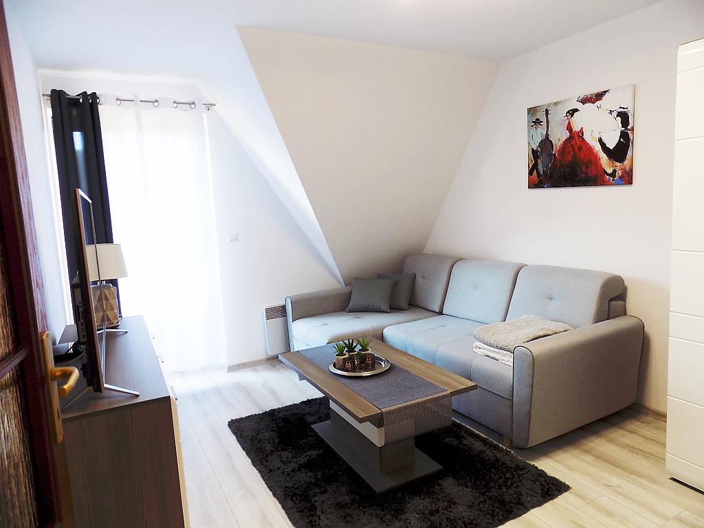sypialnia z dużą narożną kanapą