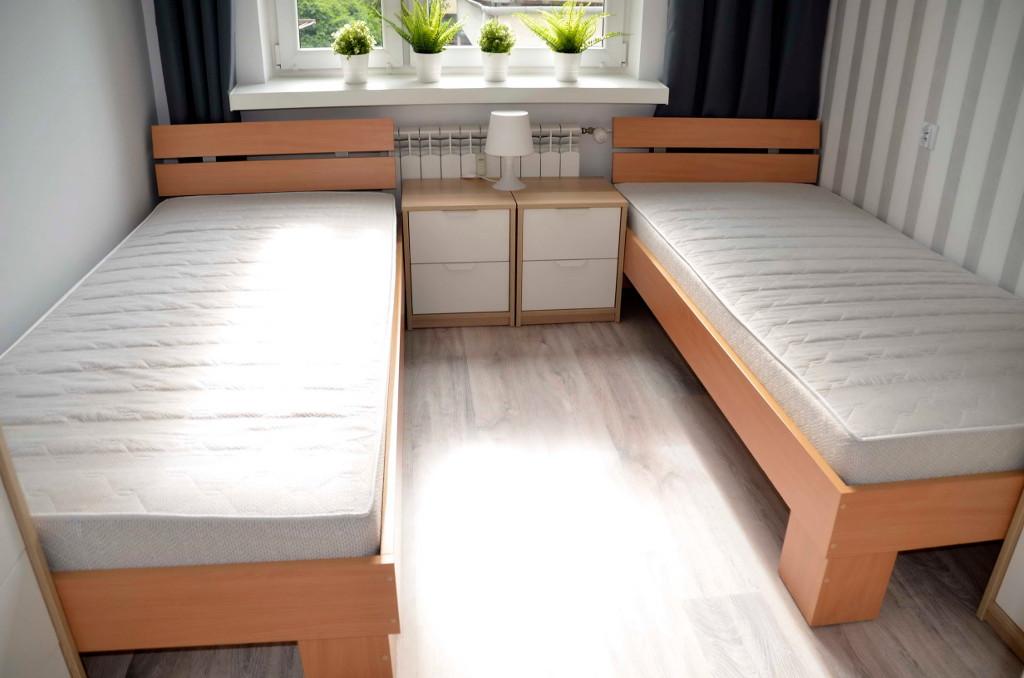 sypialnia z dwoma łózkami