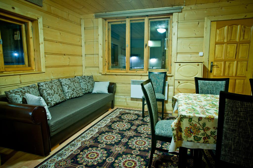parter domku z kanapą