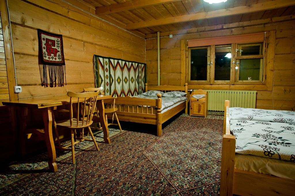 pokój wykończony w drewnie